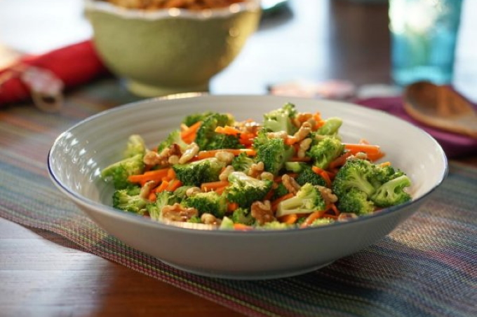 salat-s-morkovyu-brokkoli-i-yablokami