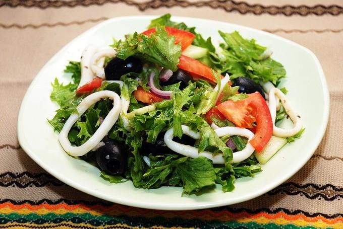 ovoshnoj-salat-s-kalmarami