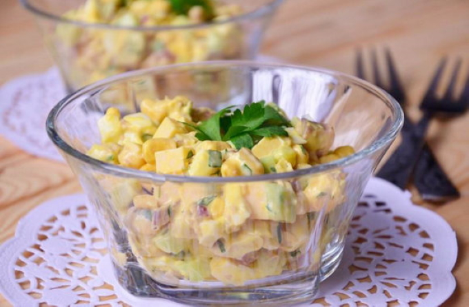 salat-iz-pecheni-treski-s-kukuruzoj