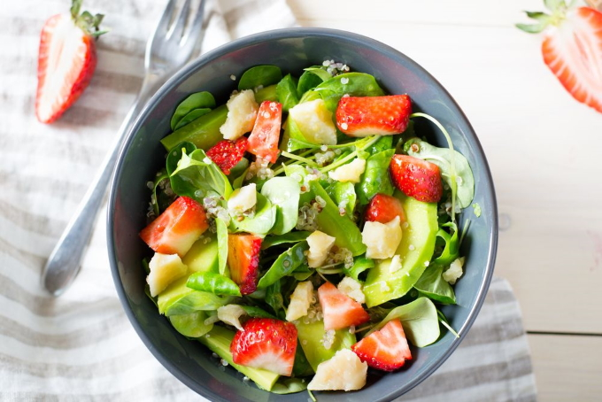 salat-s-klubnikoj-avokado-i-syrom