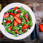 salat-so-shpinatom-klubnikoj-i-syrom