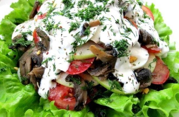 salat-s-gribami-pomidorami-i-yablokom