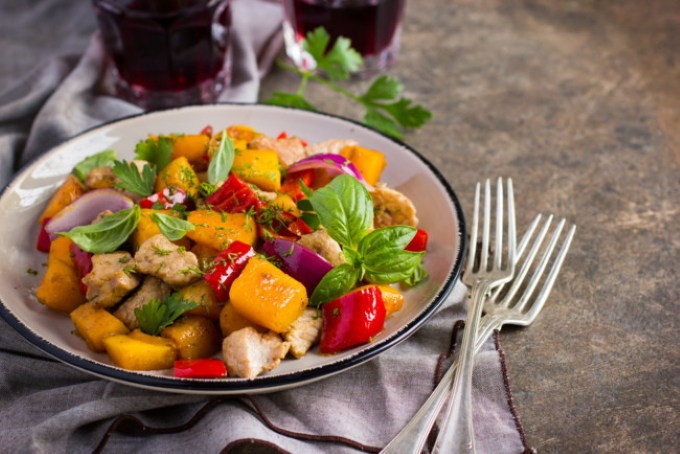 salat-s-kuricej-i-ovoshami
