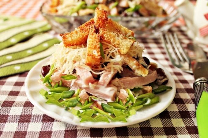 salat-s-vetchinoj-i-suxarikami