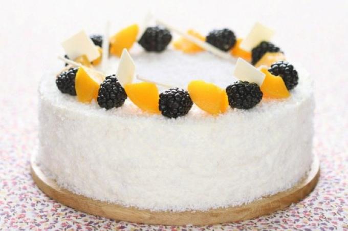 zefirnyj-tort-s-persikami-i-yagodami