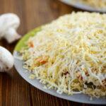 salat-s-gribami-korejskoj-morkovyu-i-kuricej