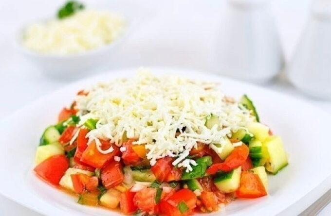 prazdnichnyj-salat-iz-ovoshej-s-syrom