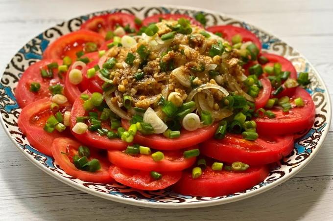 salat-iz-pomidorov-s-pikantnoj-zapravkoj