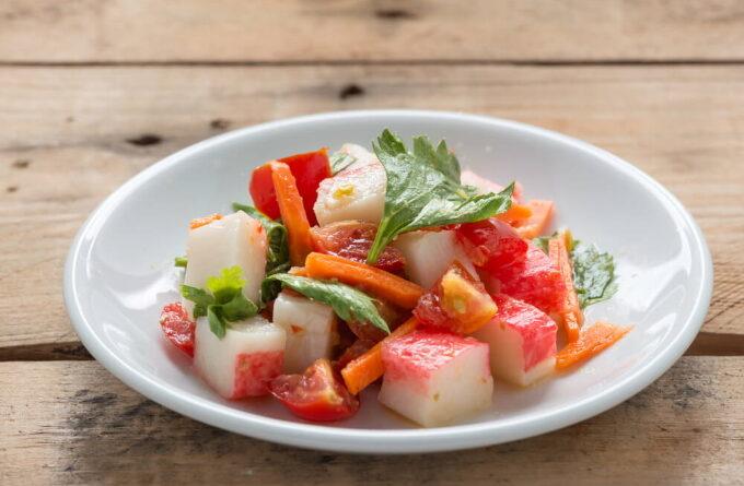 ovoshnoj-salat-s-krabovymi-palochkami