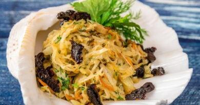 salat-iz-kapusty-s-chernoslivom-i-morkovyu