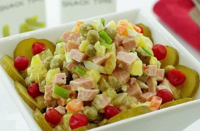 salat-olivie-s-kolbasoy-i-yablokami