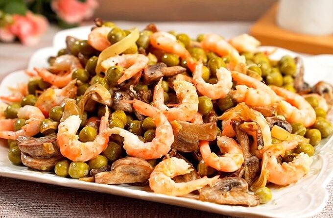 salat-s-krevetkami-shampinionami-i-zelenym-goroshkom