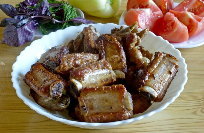 svinye-rebryshki-na-skovorode