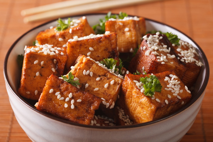 zharenyj-tofu-s-kunzhutom-i-zelenyu