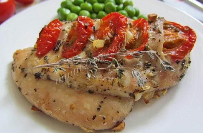 kurinaya-grudka-s-chesnokom-i-pomidorami