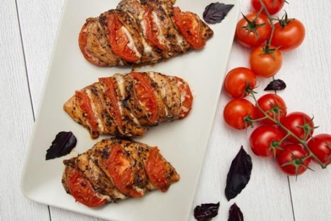 kurinaya-grudka-s-pomidorami-i-syrom