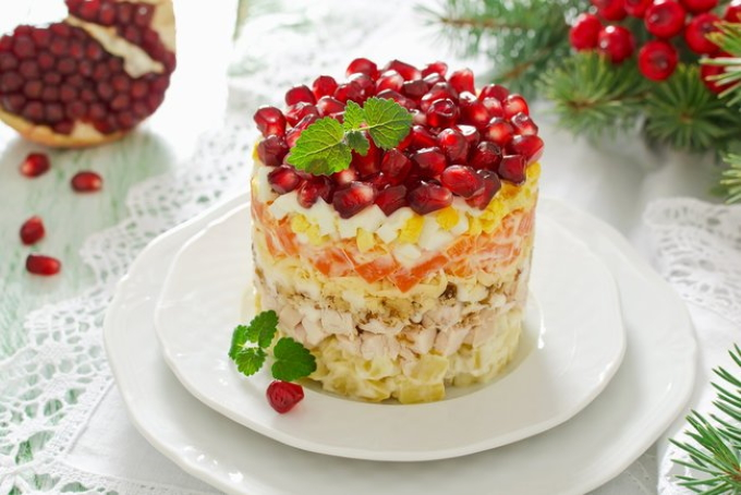 kurinyj-salat-s-granatom