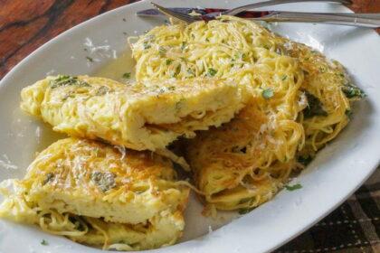 omlet-s-makaronami-i-syrom