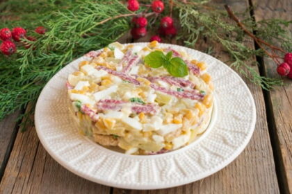 Salat-s-kolbasoj-suharikami-i-kukuruzoj