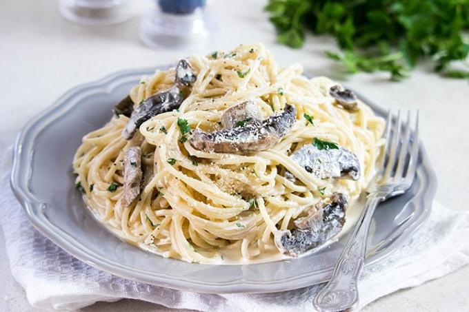 pasta-s-gribami-so-slivochnym-sousom
