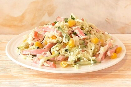 salat-s-kolbasoj-kukuruzoj-i-kapustoj