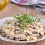 salat-s-kuricej-shampinionami-i-syrom