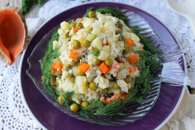 salat_iz_treski_s_zelenym_goroshkom
