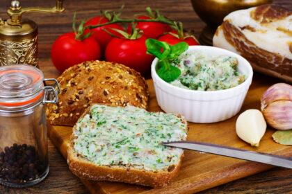 zakuska-iz-sala-s-chesnokom-i-zelenyu