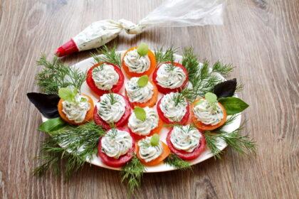 zakuska-pomidory-s-syrom-i-chesnokom