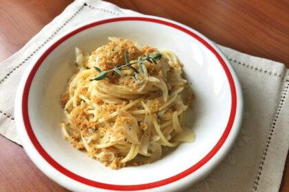 Spaghetti-s-lukom-i-panirovocnymi-suharikami.