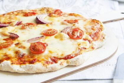 picca-s-lukom-pomidorami-i-syrom