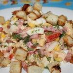 salat-s-pekinskoj-kapustoj-kuricej-i-suxarikami