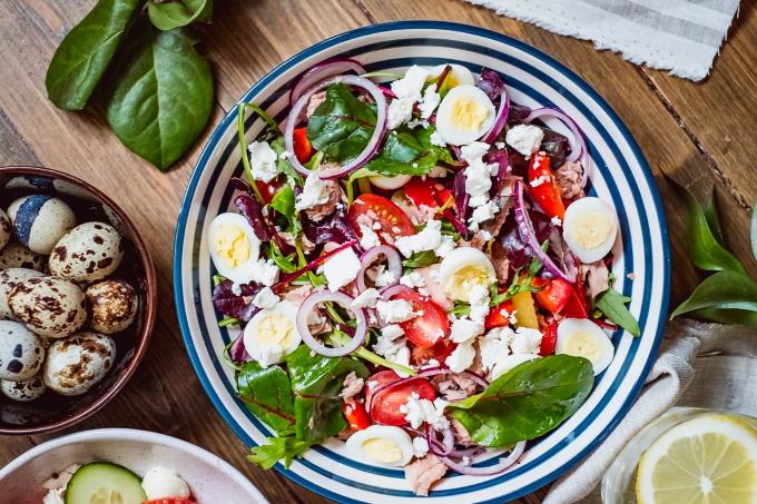 salat-s-tuncom-i-perepelinymi-yajcami