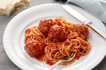 spagetti-s-frikadelkami