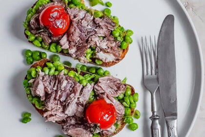 tosty-s-bychiemi-xvostami-i-zelenym-goroshkom
