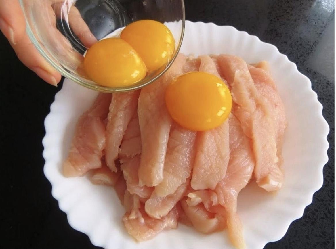 Заливаем куриную грудку яйцами. Быстро, нежно и очень вкусно!