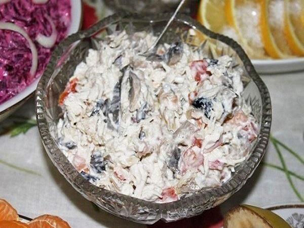 Очень вкусный салат! Отварная куриная грудка Жареные шампиньоны с луком Две дольки чеснока (на терке) !: https://sadzagotovka.ru/salat-aleks-recept/