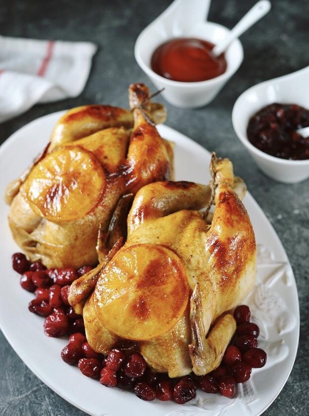 Цыплята корнишоны с апельсинами и клюквой в духовке