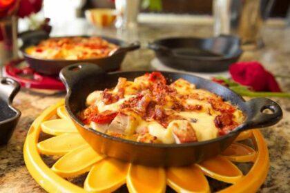Хот-Браун в соусе морне со сладкими перцами