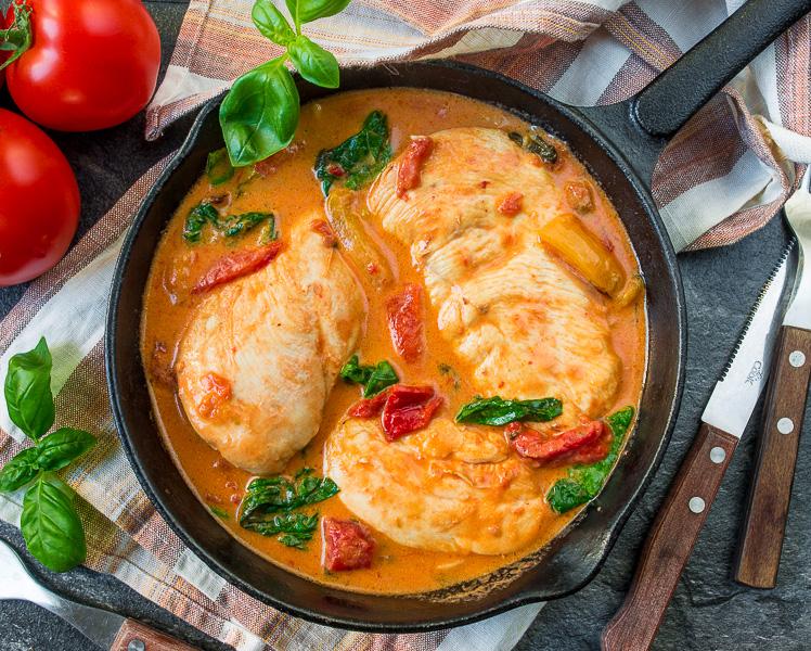 Курица в томатно-сливочном соусе со шпинатом