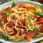 Спагетти с помидорами и базиликом — любимейшее блюдо итальянцев, знаю не понаслышке, работала вместе с ними и видела , как они наслаждаются эти блюдом.
