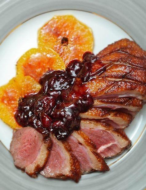 Магре с карамелизированными апельсинами и вишневым соусом