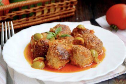 Мясные тефтели с сыром, в томатно-сметанном соусе с оливками