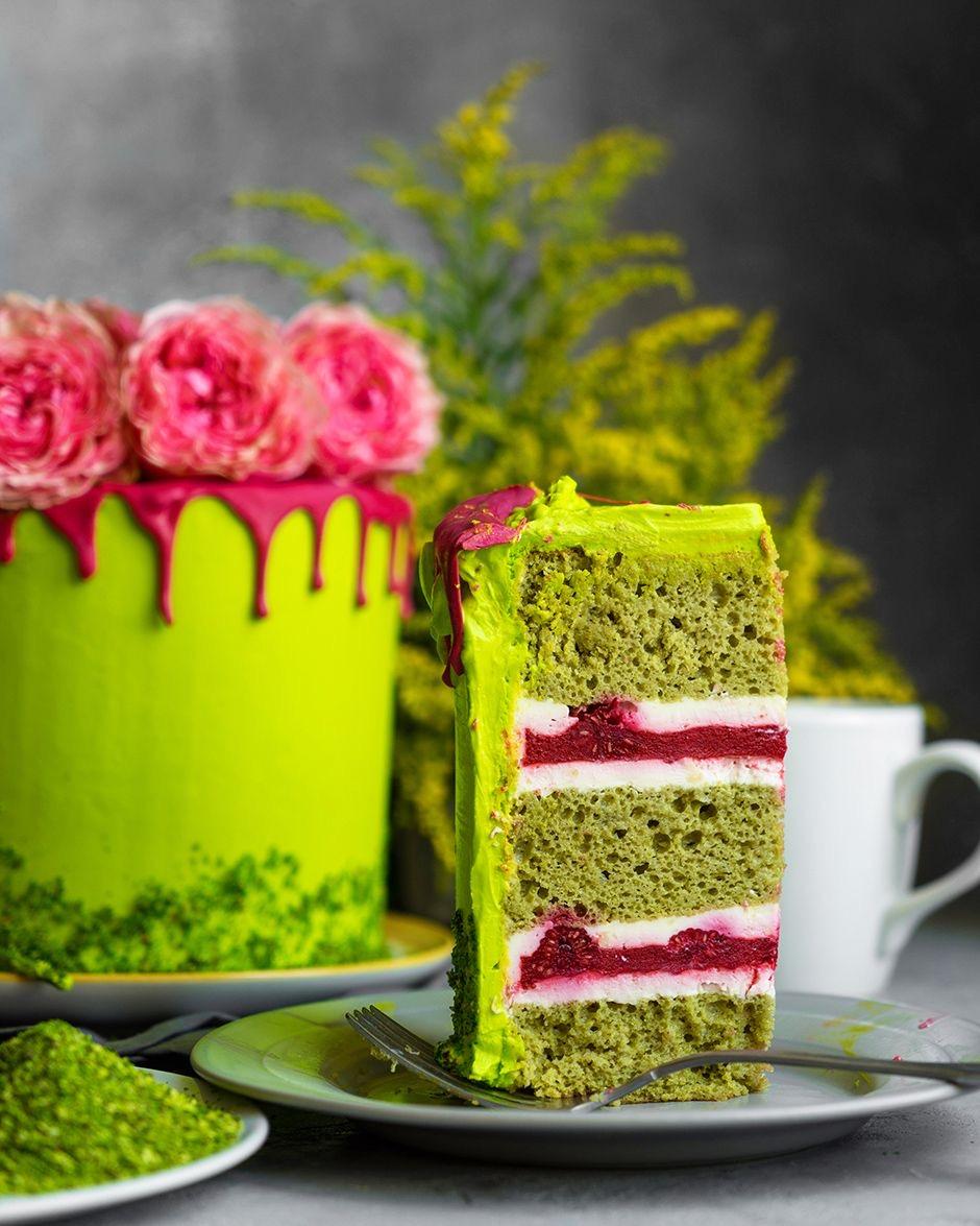 Бисквитный торт «Симфония» с фисташкой и клубникой
