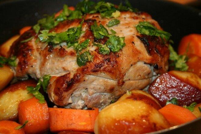 Запеченная свинина с овощами под гремолатой