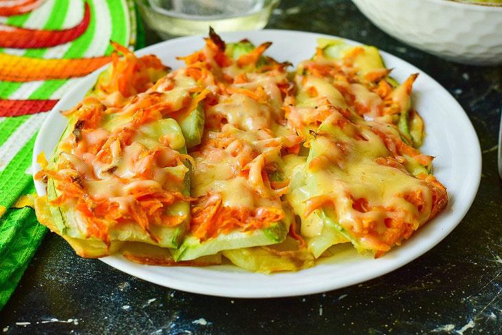 Как приготовить: 1.  Морковь очистите, натрите ее удобным способом и выдавите к ней дольку чеснока. 2.  Добавьте соус (майонез). Перемешайте. 3.  Кабачки помойте, нарежьте тонкими пластинами так, как на фото. 4.  Порежьте картофель. 5.  Противень смажьте маслом растительным, выложите нарезанный тонкими пластинами картофель практически в один слой. Посолите, поперчите. 6.  Затем сверху выложите кабачок. 7.  Так же посолите и поперчите каждый кусок. 8.  Выложите на кабачки морковь. 9.  Отправьте противень в разогретую до 190 градусов духовку на 20-25 минут. Затем аккуратно достаньте его, натрите на блюдо твердый сыр и снова отправьте в духовку минуты на 2-3. 10.  За это время сыр расплавится, можно будет противень достать из духовки. 11.  Очень аккуратно, используя металлическую или любую другую лопатку, переложите кабачки по-венски на блюдо. Приятного аппетита! Источник: https://vsevkulinary.ru/zakuski/kabachki-po-venski-privlekatelnaya-i-originalnaya-zakuska/?utm_referrer=https%3A%2F%2Fzen.yandex.com