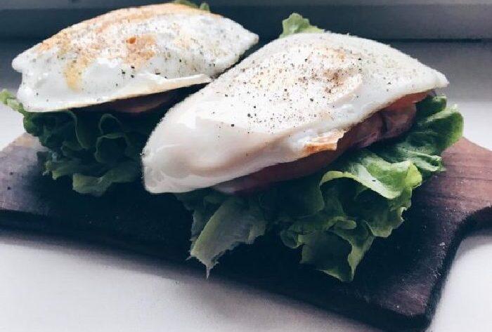 Бутерброд без хлеба с яйцом и овощами