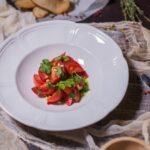 Поволжский салат из сладких помидоров с луковым соусом(вегетарианский)