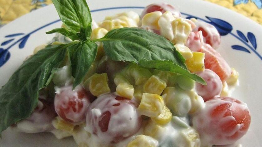 Салат с кукурузой, помидорами, перцем и пармезановой заправкой