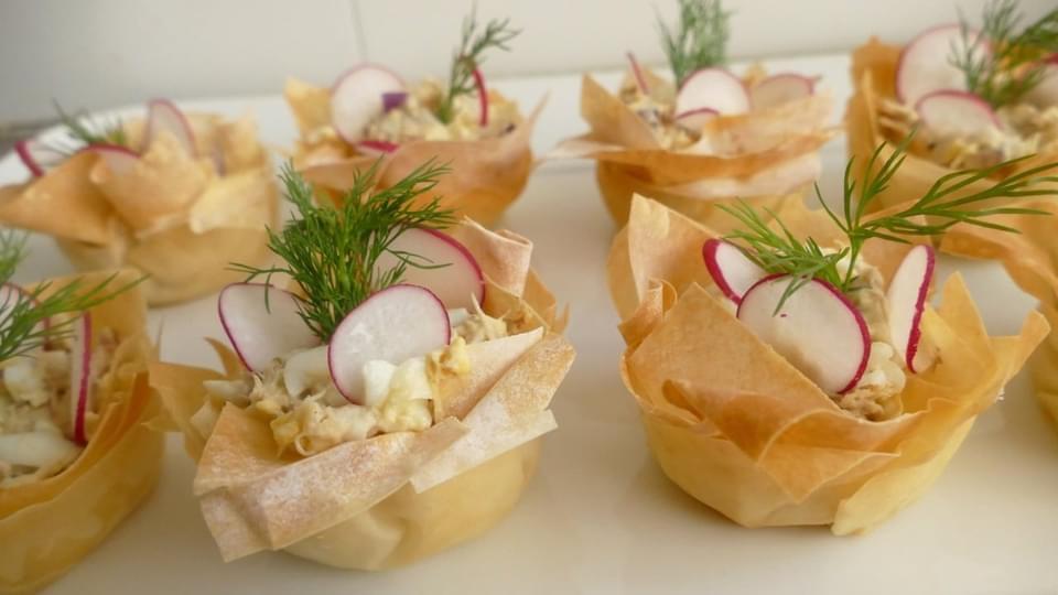 Рыбная закуска на праздничный стол из скумбрии горячего копчения в корзиночках из теста фило!